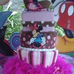 Espectacular Torta en elevaciones, talladas, pintadas a mano, motivo Minnie