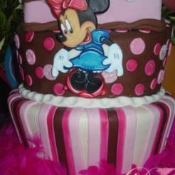 Espectacular Torta en elevaciones, Motivo Minnie ( en pastillaje y Pintada a mano )