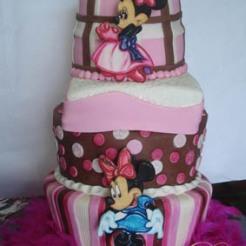Espectacular Torta en elevaciones, otra variación, Motivo Minnie ( en pastillaje y Pintada a mano )